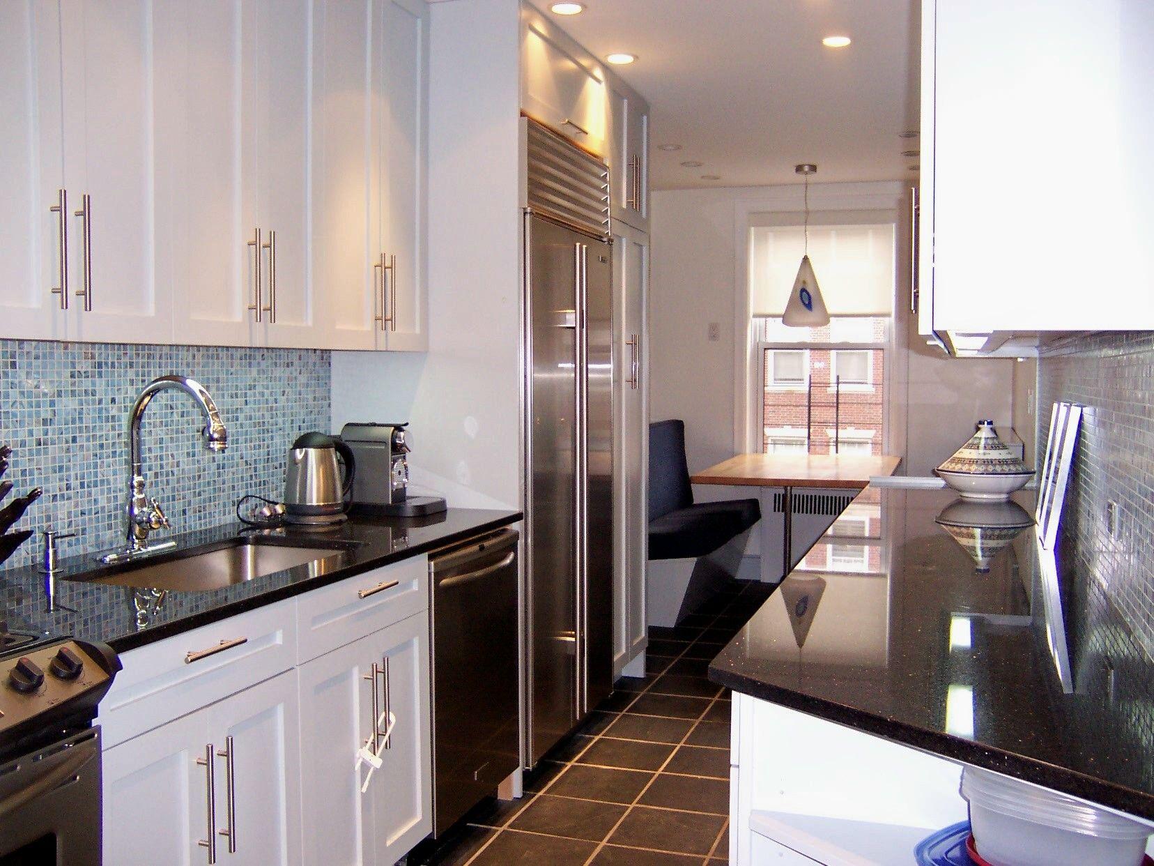 Glass Tile Backsplash Doesn T Wrap Around Inside Corner Glass Tile Backsplash Cottage Kitchen Glass Tile