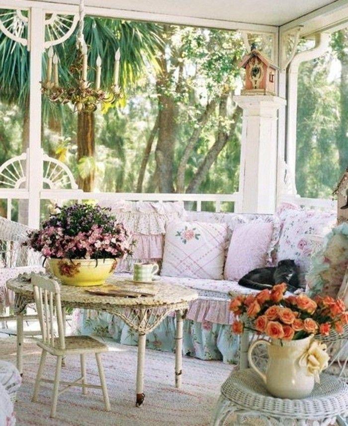 balkongestaltung mediterran barock stil runder tisch flechttisch kleine holzst hle blaue couch. Black Bedroom Furniture Sets. Home Design Ideas