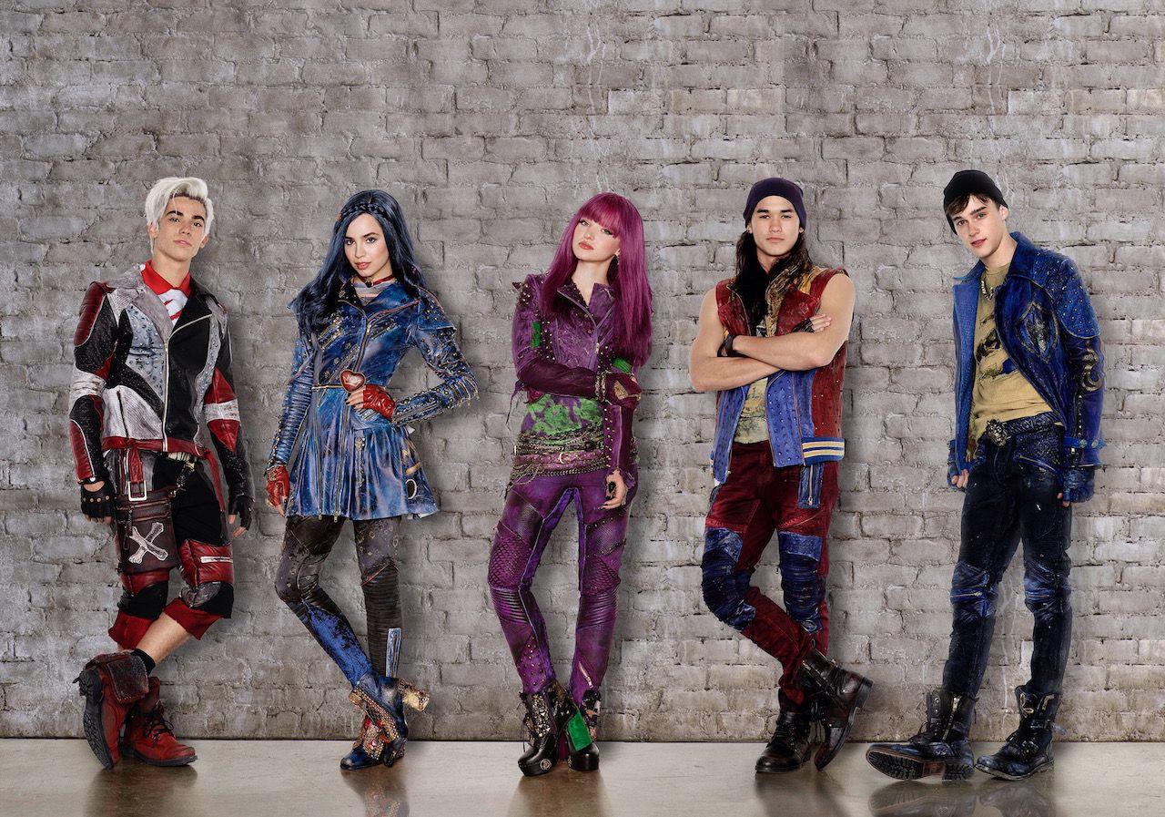 First Look At The Cast Of Disney Channel S Descendants 2 Descendientes Personajes De Descendientes Descendientes 2