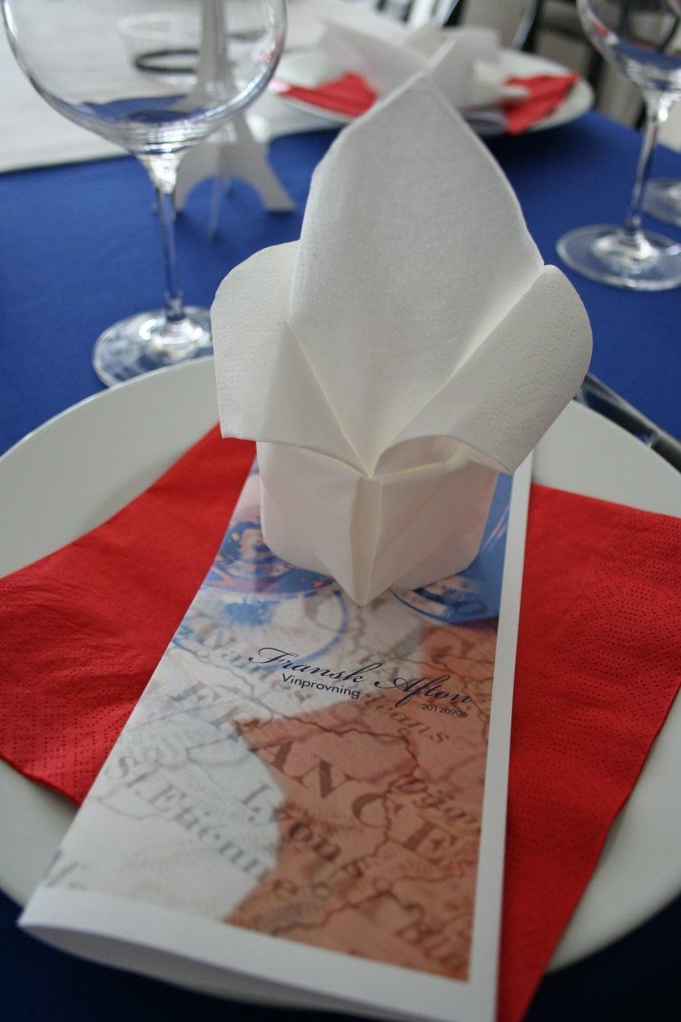 Franz sische lilie aus einer wei en papierserviette falten for Tischdeko frankreich ideen
