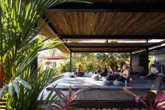 Studio Saxe ha completado Nalu  hotel boutique y estudio de yoga en el  paisaje tropical 023cc7e585b