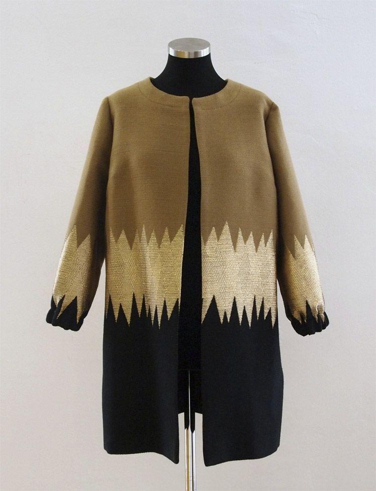 Abrigo tricolor Ailanto de corte moderno, de cuello tipo Mao, y mangas 3/4 con tres franjas en colores variados. REF: I15-AB10 #moda #style #fashion #ailantomujer #modamujer #abrigo #alianto