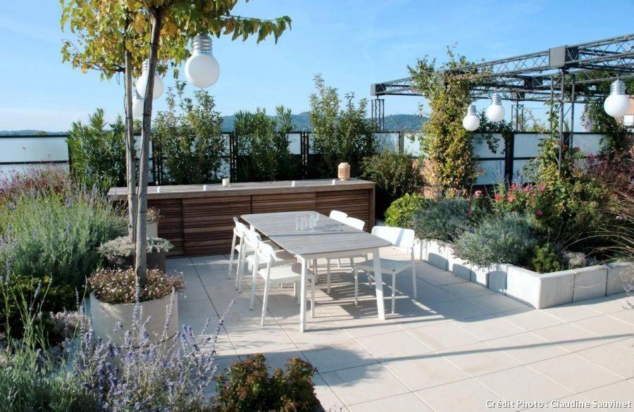 Aménagement D Un Toit Terrasse à Lyon Avec Coin Repas Et