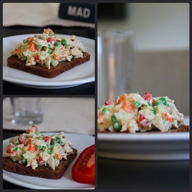 """""""Nem og enkel kyllingesalat #frokost #chicken #salat #grønt #sund #grøntsager #kylling #kyllingesalat #forret #food #foodporn #mums #mad #sundmad #sundsalat #protein #ærter #gulerødder #peberfrugt #vegetables #salater #lunch #healthy"""