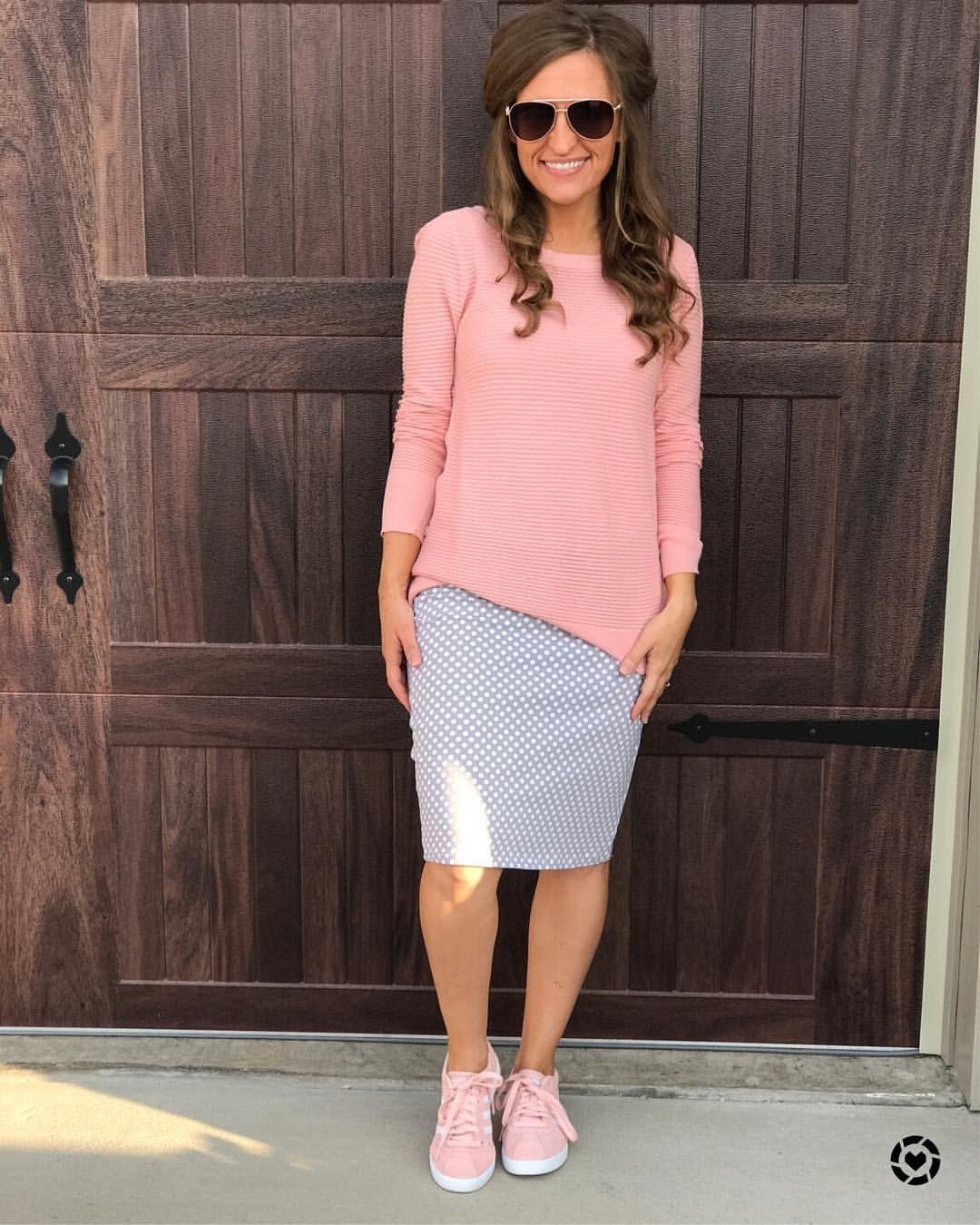 15bd818c44 00013 - saia lápis - suéter - tênis - rosa claro - poa - cinza - branco -  modelagem reta - frio.