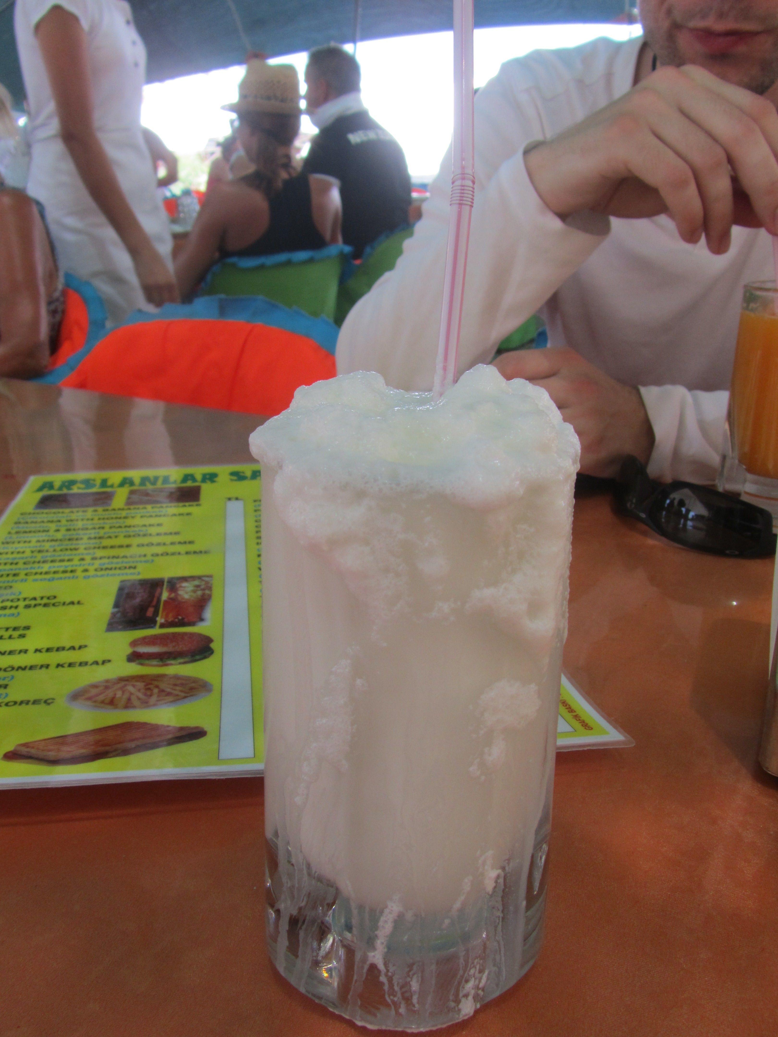 Yoghurt, Wasser und Salz ergibt ein köstlich erfrischendes Ayran! Fethiye Türkei 2012