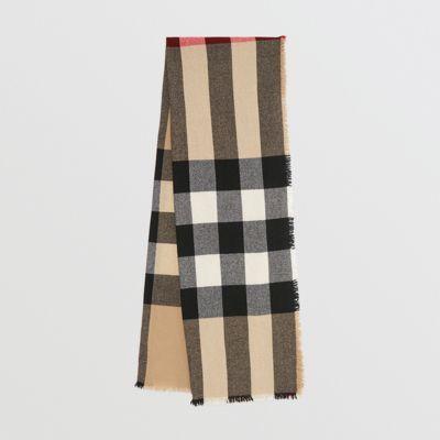 Écharpe à franges confectionnée en laine et cachemire à motif check tissés  en Écosse. L c502f6d70c2