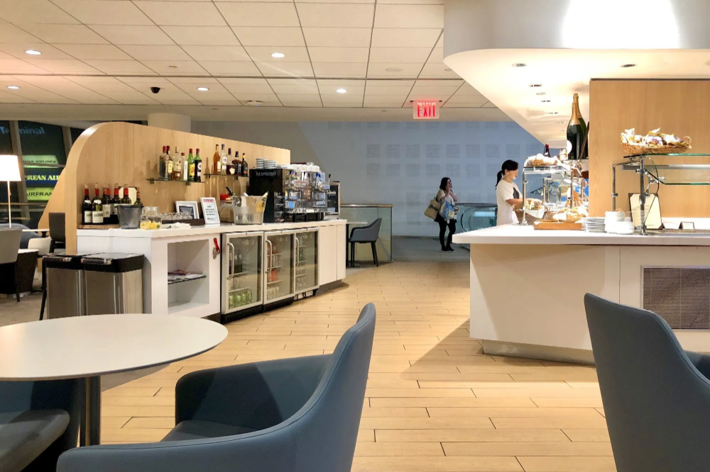 Best Priority Pass Lounges In The Usa The Points Guy In 2020 Lounge Newark Airport Airport Lounge