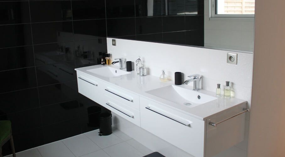 Meuble design suspendu blanc avec deux vasques. | Salle de bain ...