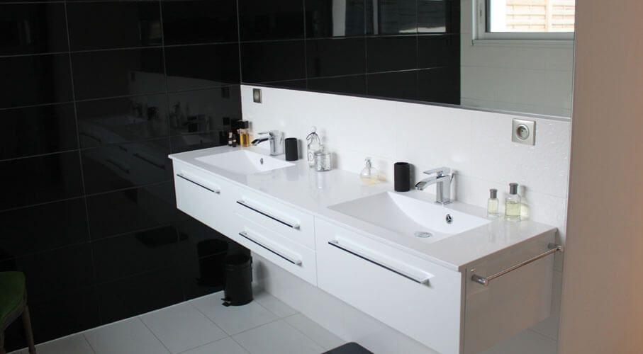 Meuble design suspendu blanc avec deux vasques.