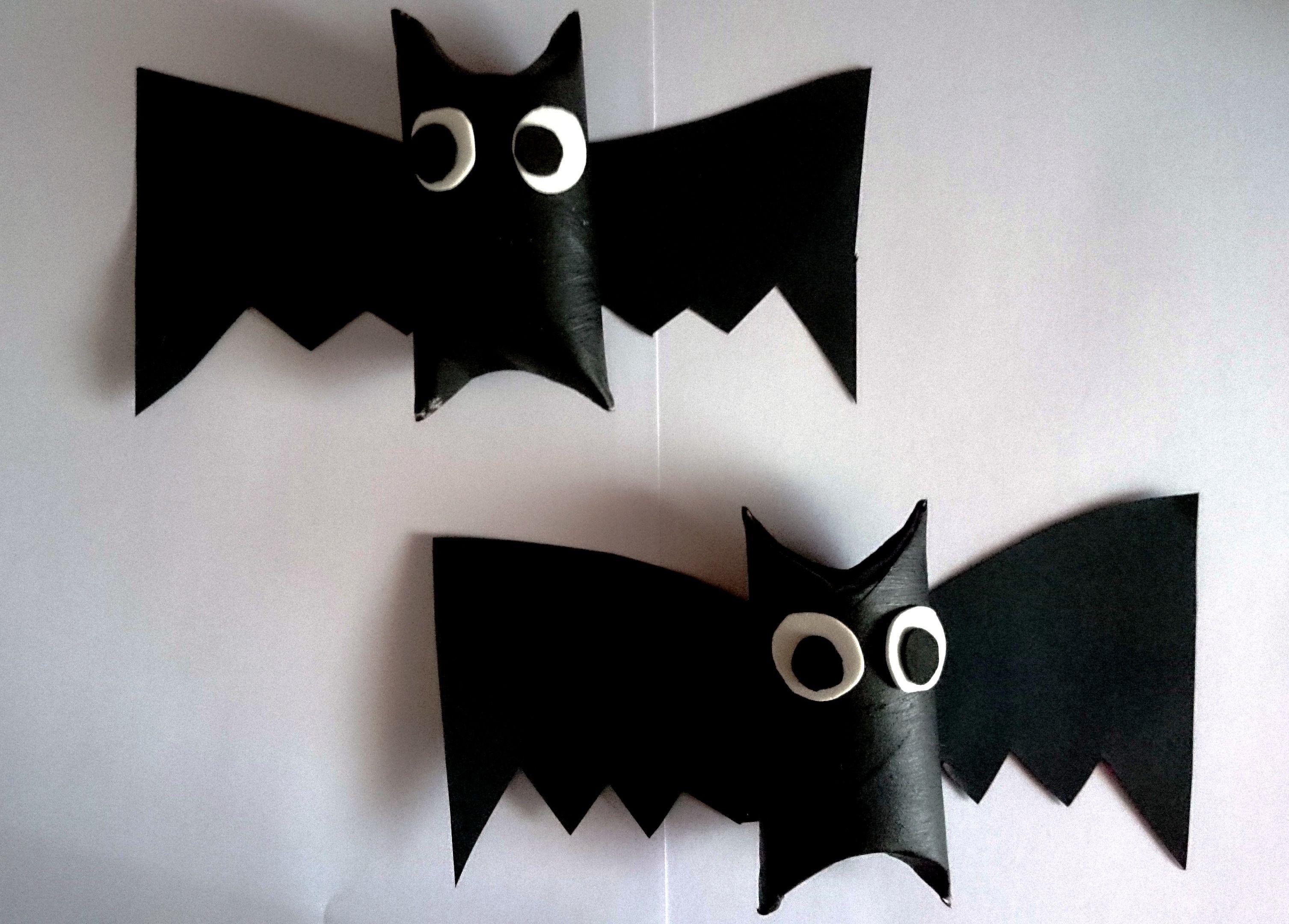 Murciélagos con rollos de papel pintados, cartulina para las alas y goma eva para los ojos