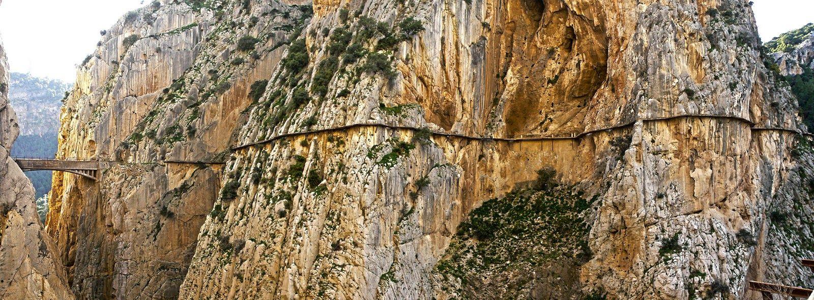 Il Caminito del Rey è uno spettacolare percorso escursionistico che si trova in Spagna a El Chorro, provincia di Malaga. Recentemente sono iniziate delle opere di ripristino del percorso da tempo pericolante.