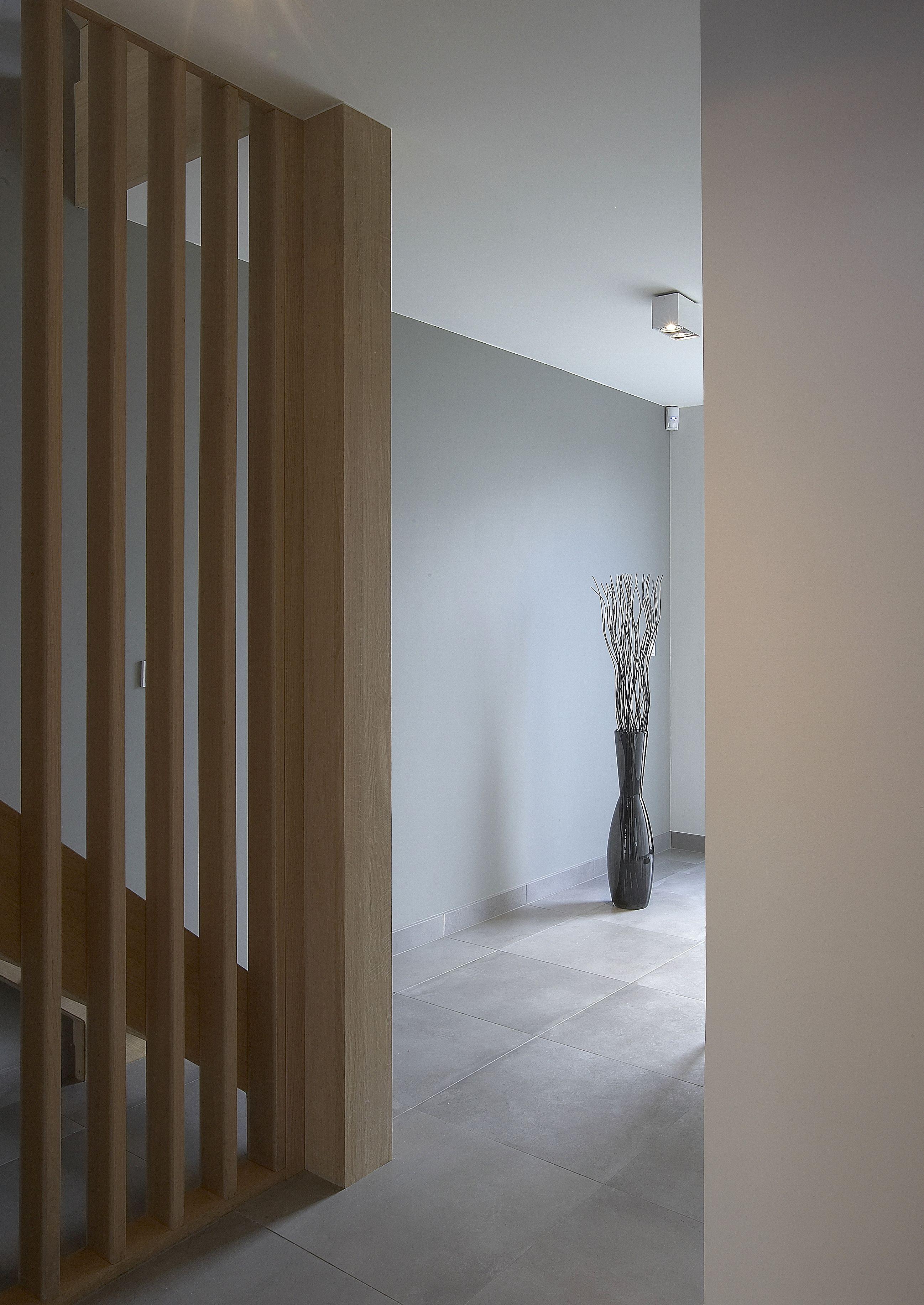 Inkomhal met eiken trap en balustrade in houten lamellen trap grinsel pinterest zolder - Wand trap ...