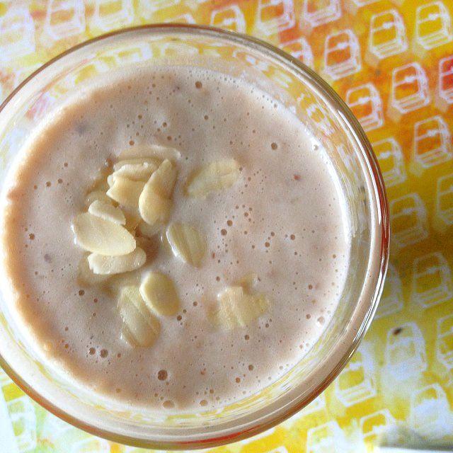 #smoothie #banana #pear #oats Recipe : 1 banana, 1 pear, 1 tablespoon oats, 1/4 liter soja milk, red linen seeds