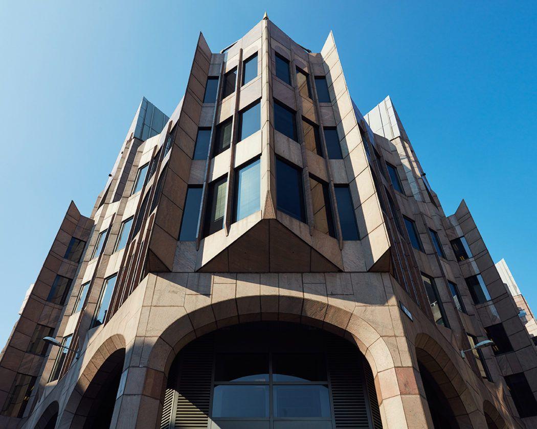 GMW | Oficinas Minster Court | Londres, Reino Unido | 1991 | Photographer Rob Low captures London's eccentric Postmodern landmarks