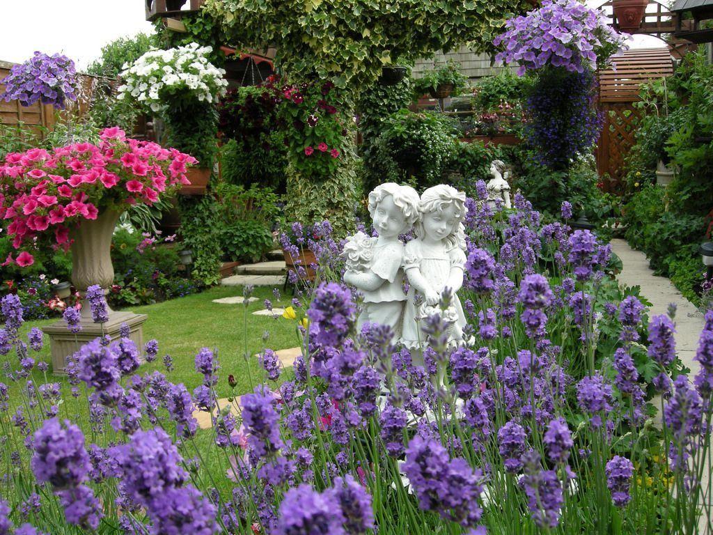 Jardín inglés con urna y estatuas: maravilloso y encantador jardín inglés estilo