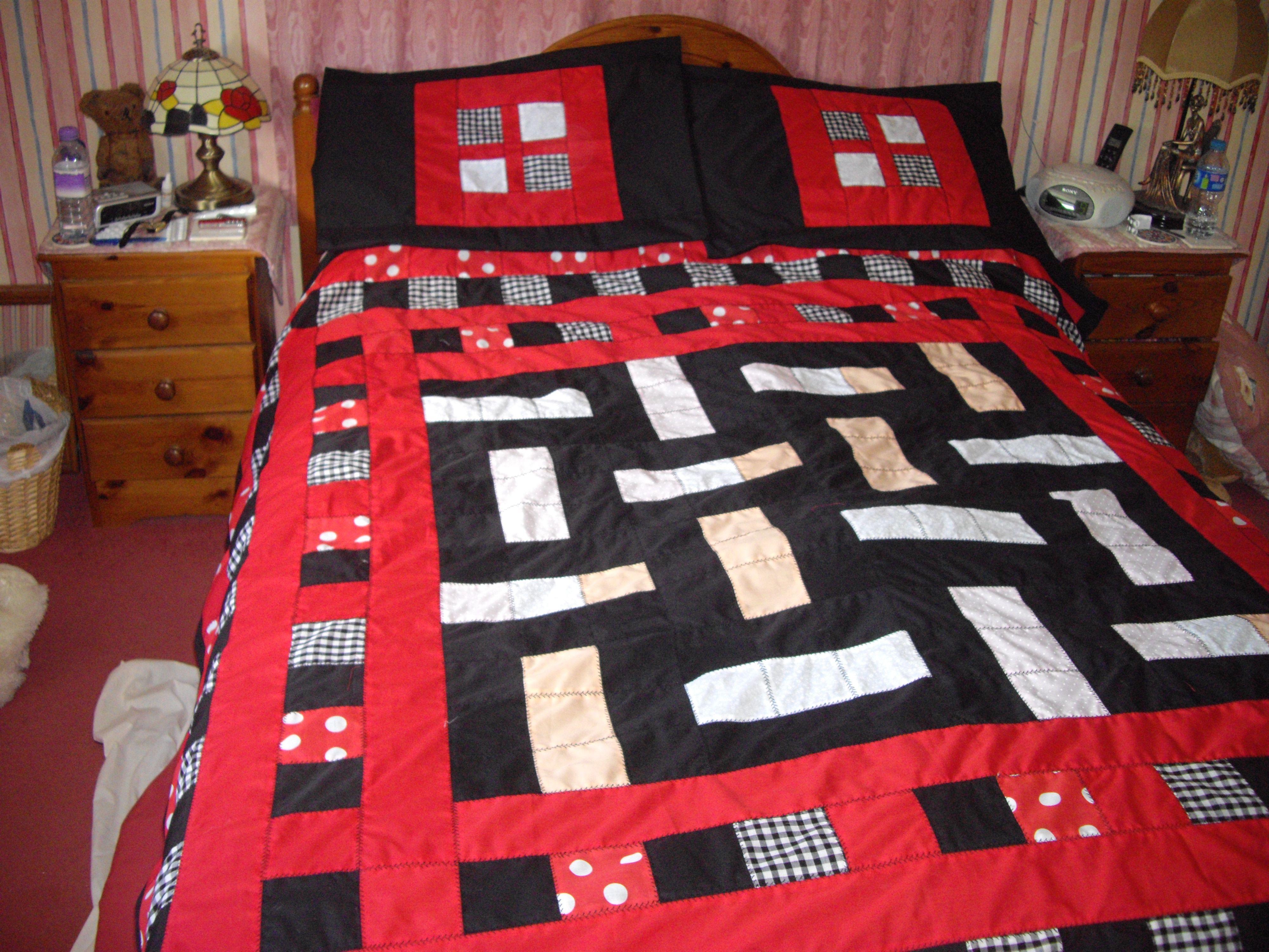 www.etsy.com/uk/shop/CleoDawn Black & Red Quilt Set