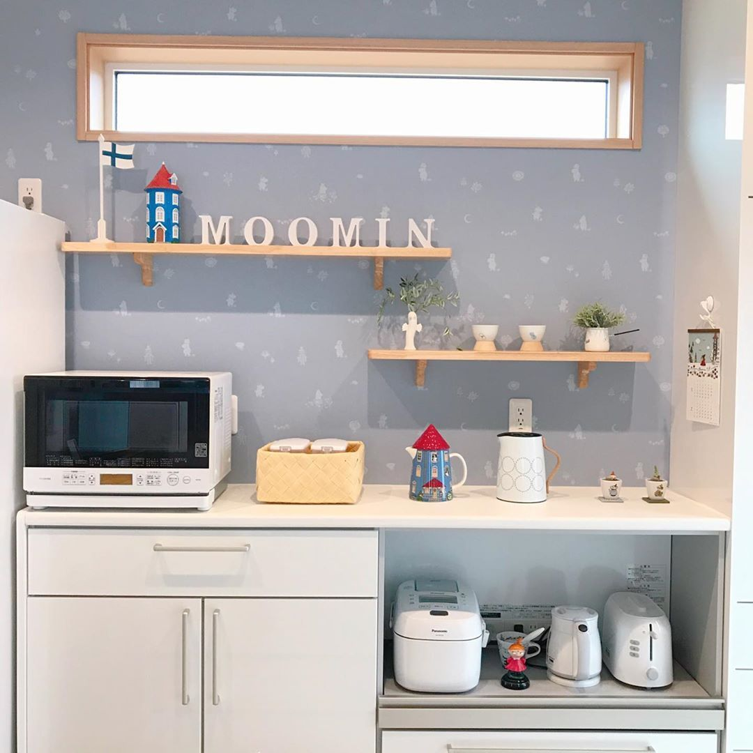 Momo On Instagram ムーミンキッチン٩ ˊᗜˋ و Pic1 ムーミンの壁紙に 百均にあるアルファベットを白に塗って moominを飾りました Pic2 キッチンからパントリーには 紐のれんで軽く目隠しを の 2020 パントリー