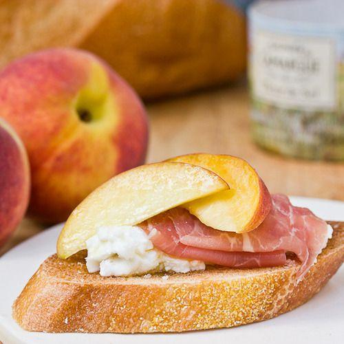 peach and prosciutto brushetta