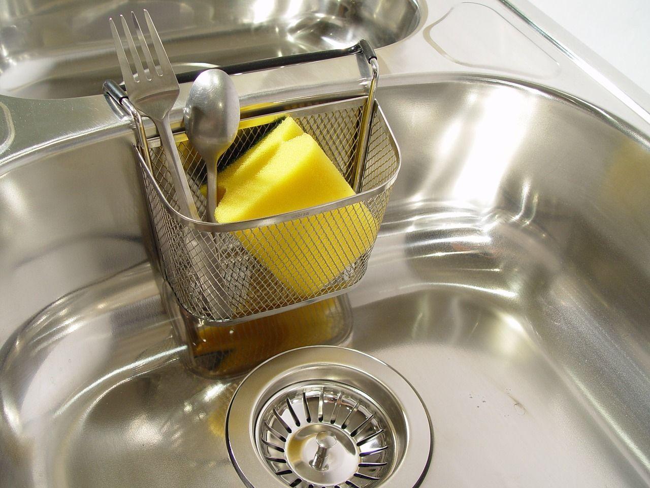 Abfluss Stinkt Diese Hausmittel Helfen In Kuche Und Bad Selbstgemachte Reinigungstucher Backofen Reinigen Hausmittel Und Teppich Reinigen
