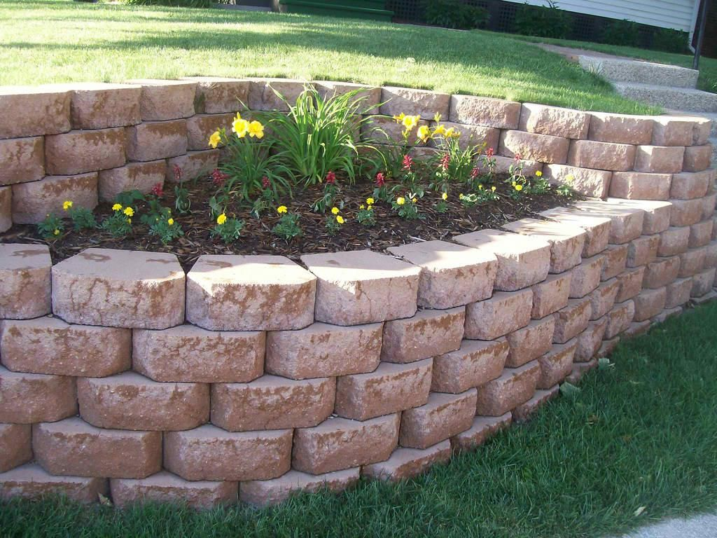 Cheap garden retaining wall ideas landscaping for Designs for brick garden walls