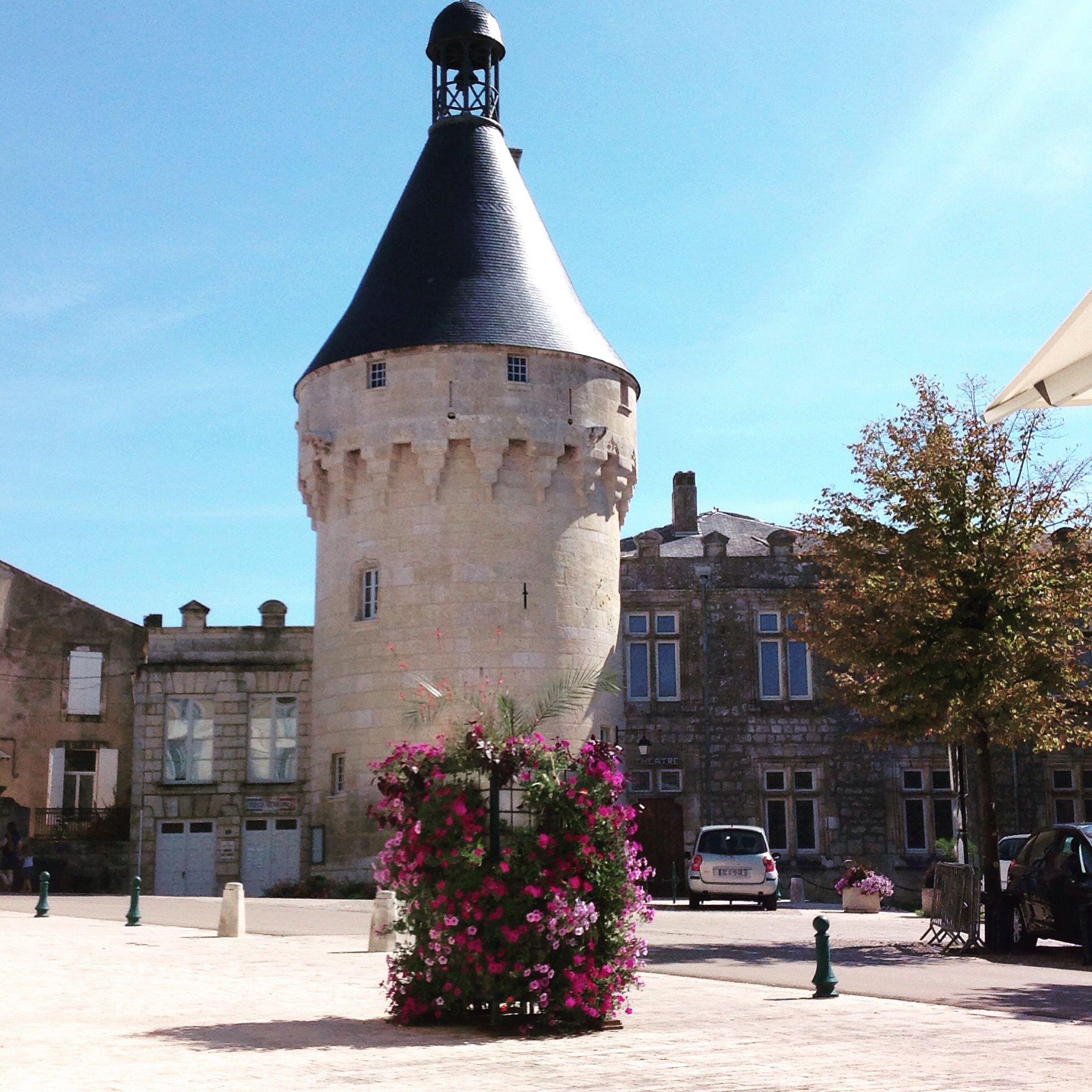 Le donjon du château de Jonzac, en face de l'office de