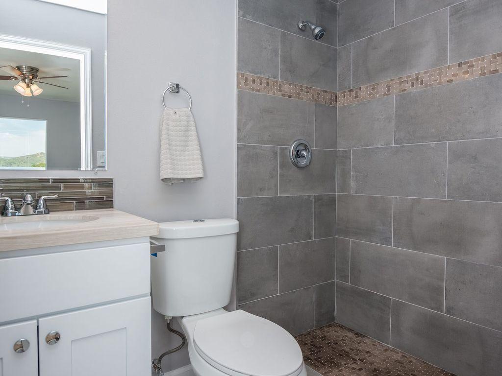 Kleines Bad, Badezimmer Ideen, Badezimmer, Traditionellen Bad, Hohen  Decken, Feinsteinzeug, Rain Shower Heads, Marble Counters, Undermount Sink Design Ideas