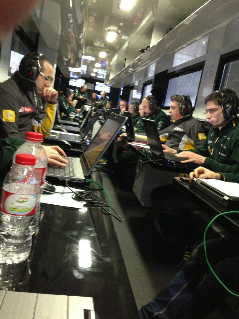 Caterham engineers before the last test day in Barcelona 03-03-2013