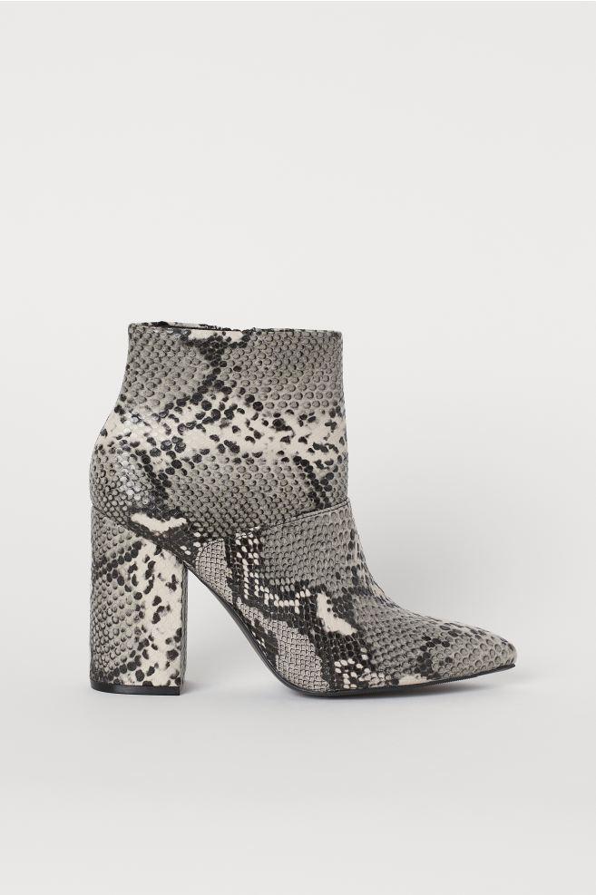 Botki Z Klockowym Obcasem Jasnoszary Wzor Wezowej Skory Ona H M Pl Heeled Ankle Boots Ankle Boots Boots