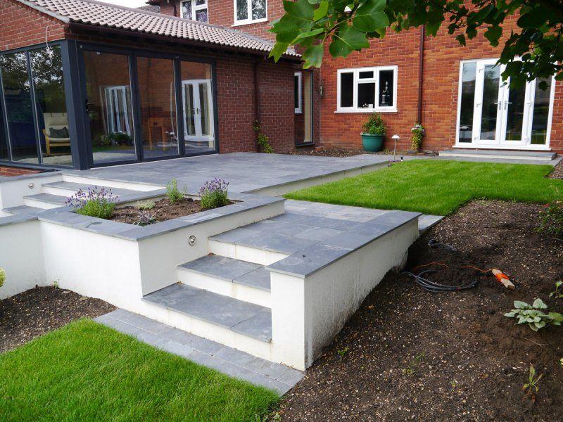 Sloping garden rendered wall with seating google search - Wall im garten anlegen ...