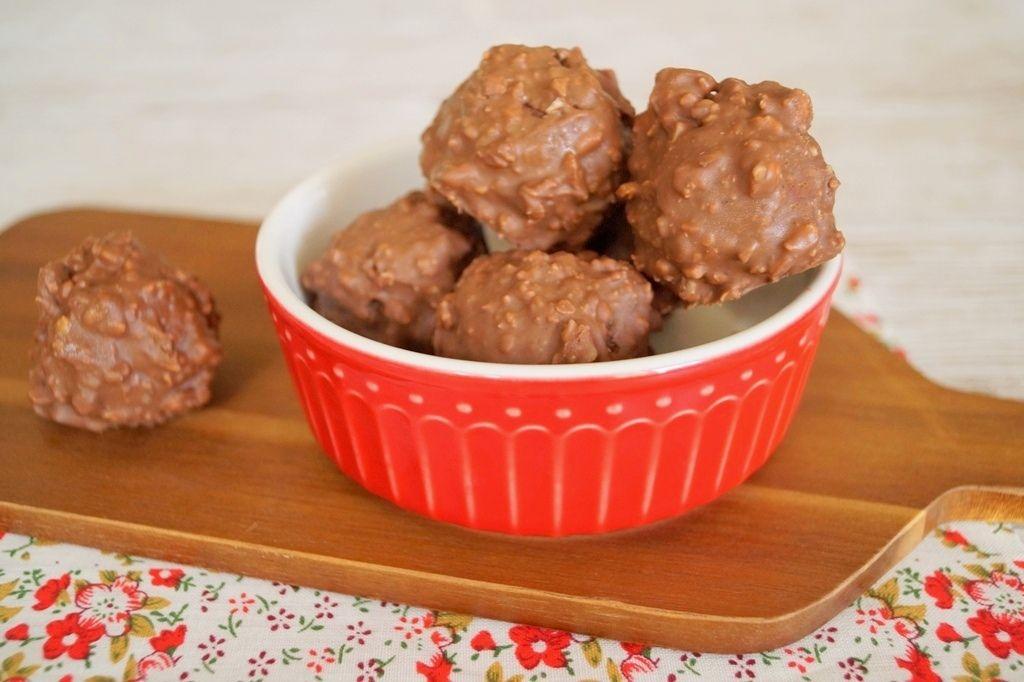 Sprøde, knasende og super lækre hjemmelavede Ferrero Rocher! Perfekte til jul og påske eller som en værtindegave. Se opskriften her.