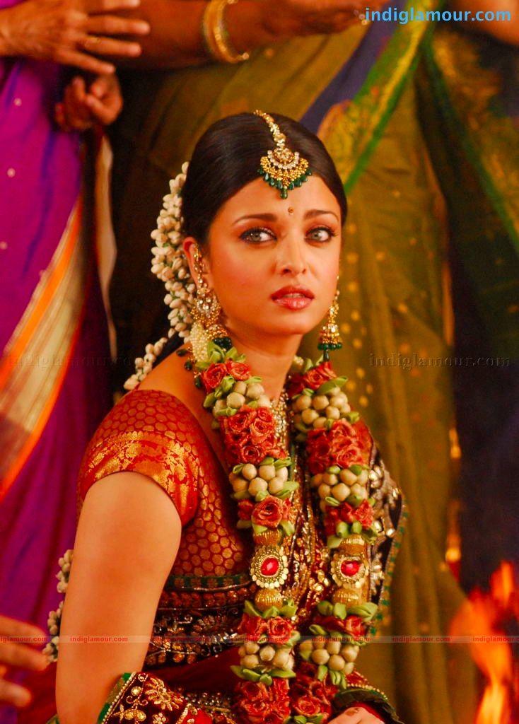 Pin By Khaira M On Aishwarya Rai Indian Bridal Hairstyles Indian Wedding Bride Indian Wedding Garland