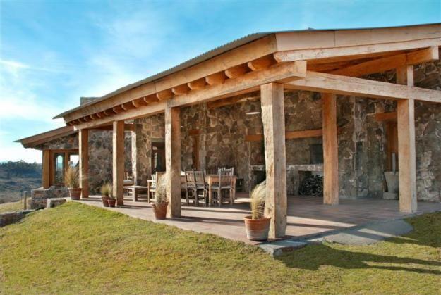 Fant stica casa con un magn fico porche de madera for Casas de campo de madera