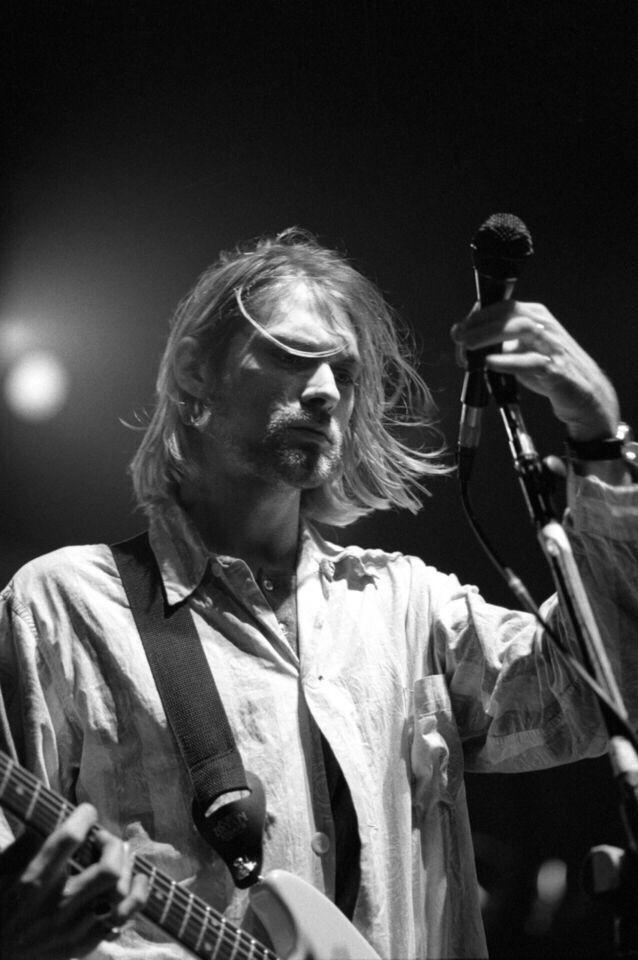 Kurt Cobain on stage Black and white | Kurt Cobain | Pinterest ...