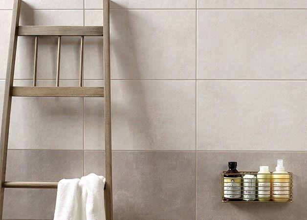 Prachtige naturel kleurige badkamer tegels, leuk speels effect door donkere en lichte tegels bij elkaar te gebruiken