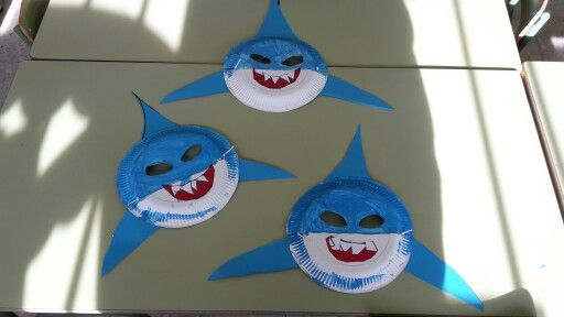 Caretas de tibur n hechas con platos de papel la boca y las aletas con cartulina pintado con - Manualidades con papel pintado ...