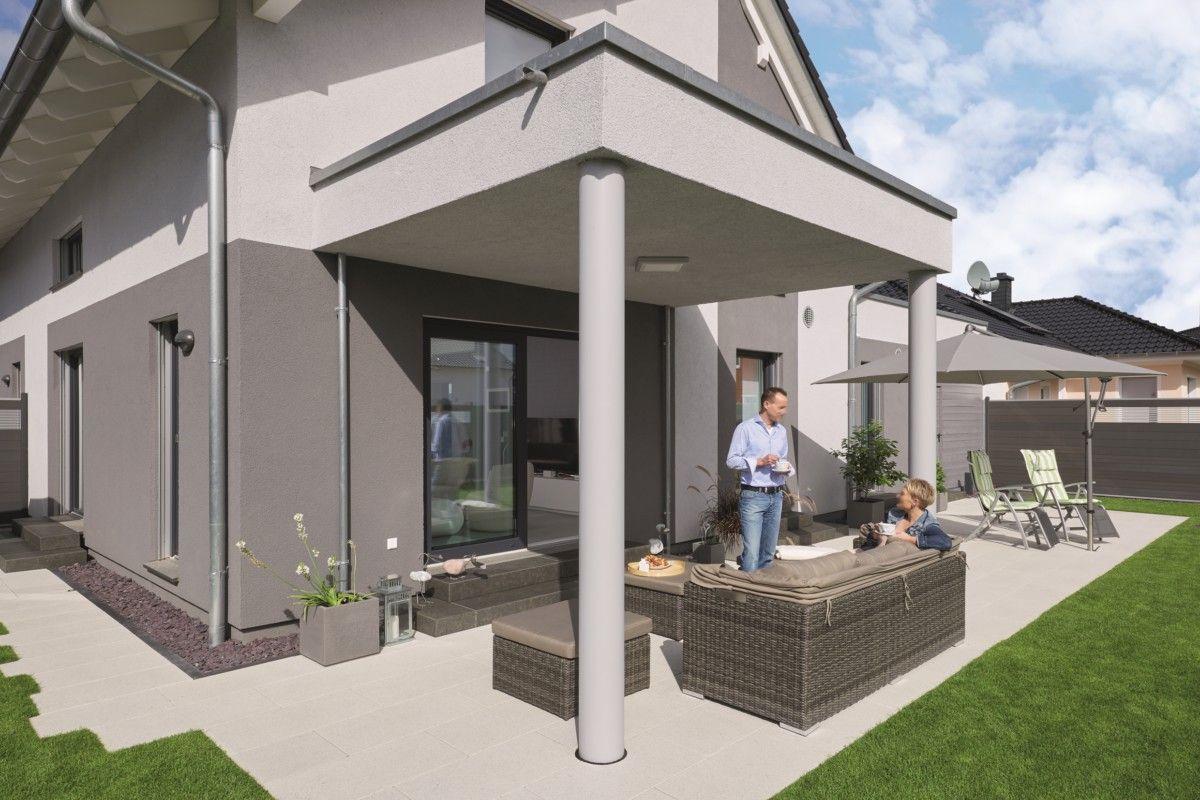 Terrasse mit Terrassenüberdachung und Naturstein Fliesen ...