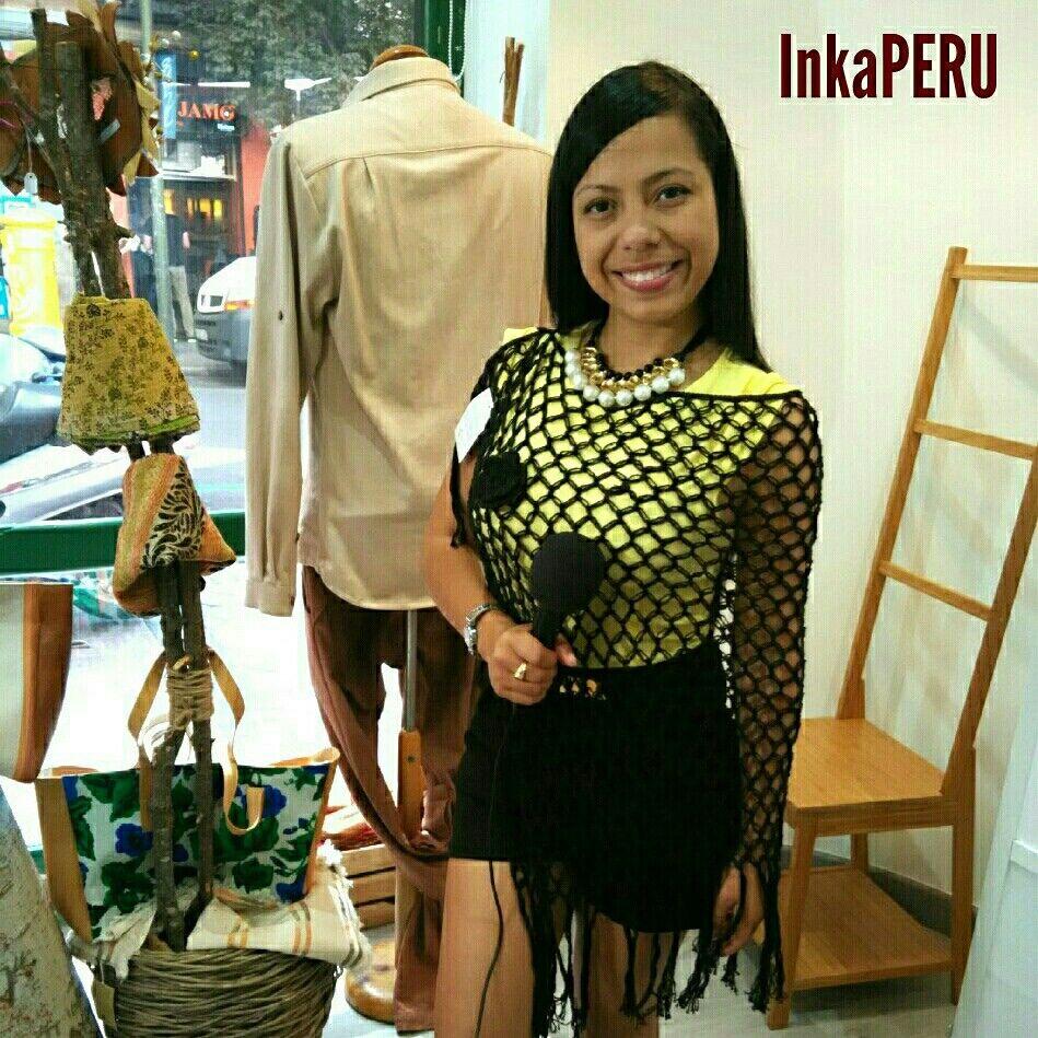Guapa la periodista colombiana Maya Restrepo en una entrevista para su programa Latinos Emprendedores luciendo un Jersey tipo poncho Negro #HechoaMano en 100% algodón peruano. #Moda #MoaSostenible #Fashion