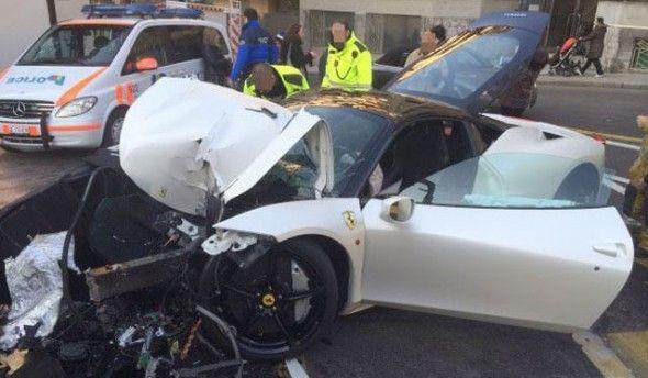 Un chico de 20 años destroza un Ferrari 458 Italia en Suiza - http://www.motoradictos.com/marcas/ferrari/un-chico-de-20-anos-destroza-un-ferrari-458-italia-en-suiza accidente, Ferrari 458 Italia