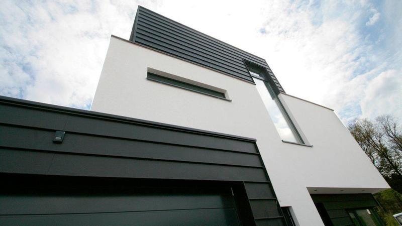 modernes haus mit schwarz wei er fassade fassadengestaltung mit horizontaler stehfalz. Black Bedroom Furniture Sets. Home Design Ideas