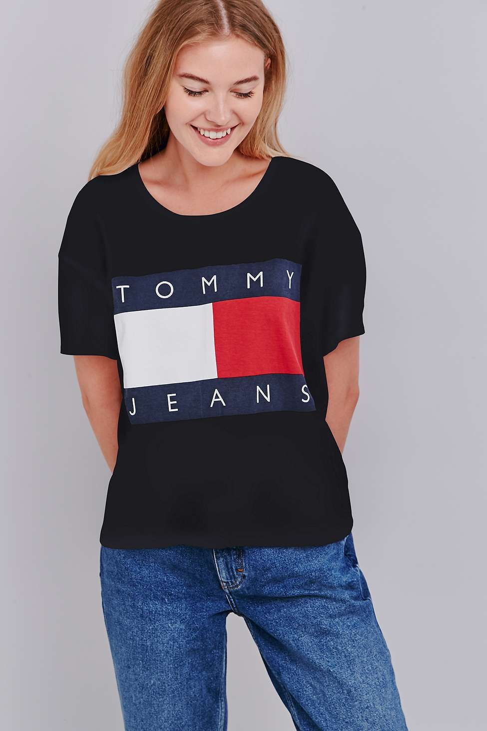 ee4641f794926 UO Exclusive Tommy Jeans Cropped Square Black T-shirt ...