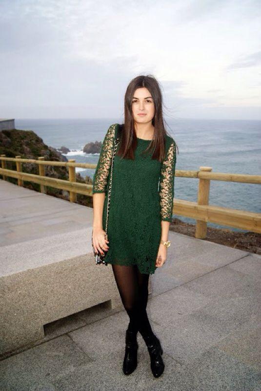 Vestido verde con medias negras