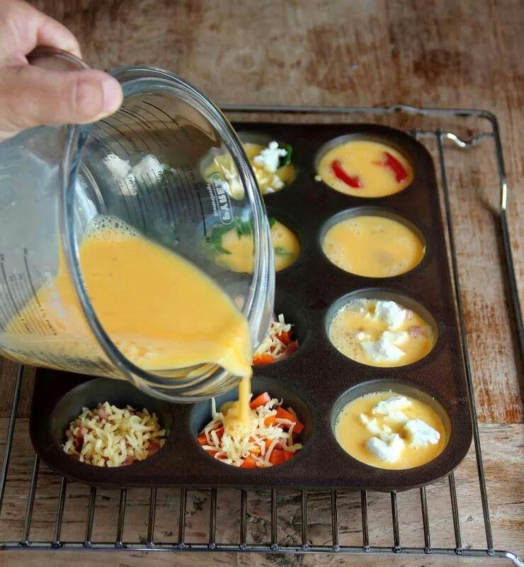 Mini-fritta's. Klop 7 eieren en 2 eetlepels melk met wat zout en peper. Vet een muffinvorm voor 12 stuks in (of gebruik een siliconen muffinvorm, deze hoef je niet in te vetten!). Voeg je favoriete vulling toe, bijvoorbeeld doperwten met verse munt, geitenkaas, gebakken champignons, bacon, geraspte kaas, kerstomaatjes of paprika en verdeel het eimengsel. Bak in 15-20 minuten, 180°C.