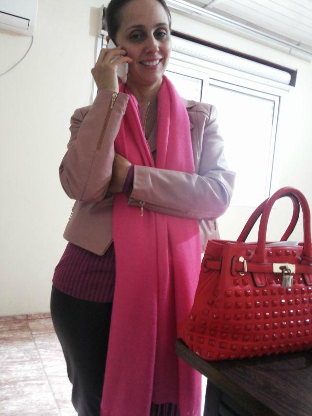 FEMINA - Modéstia e elegância: Legging de couro e jaqueta de couro rosa