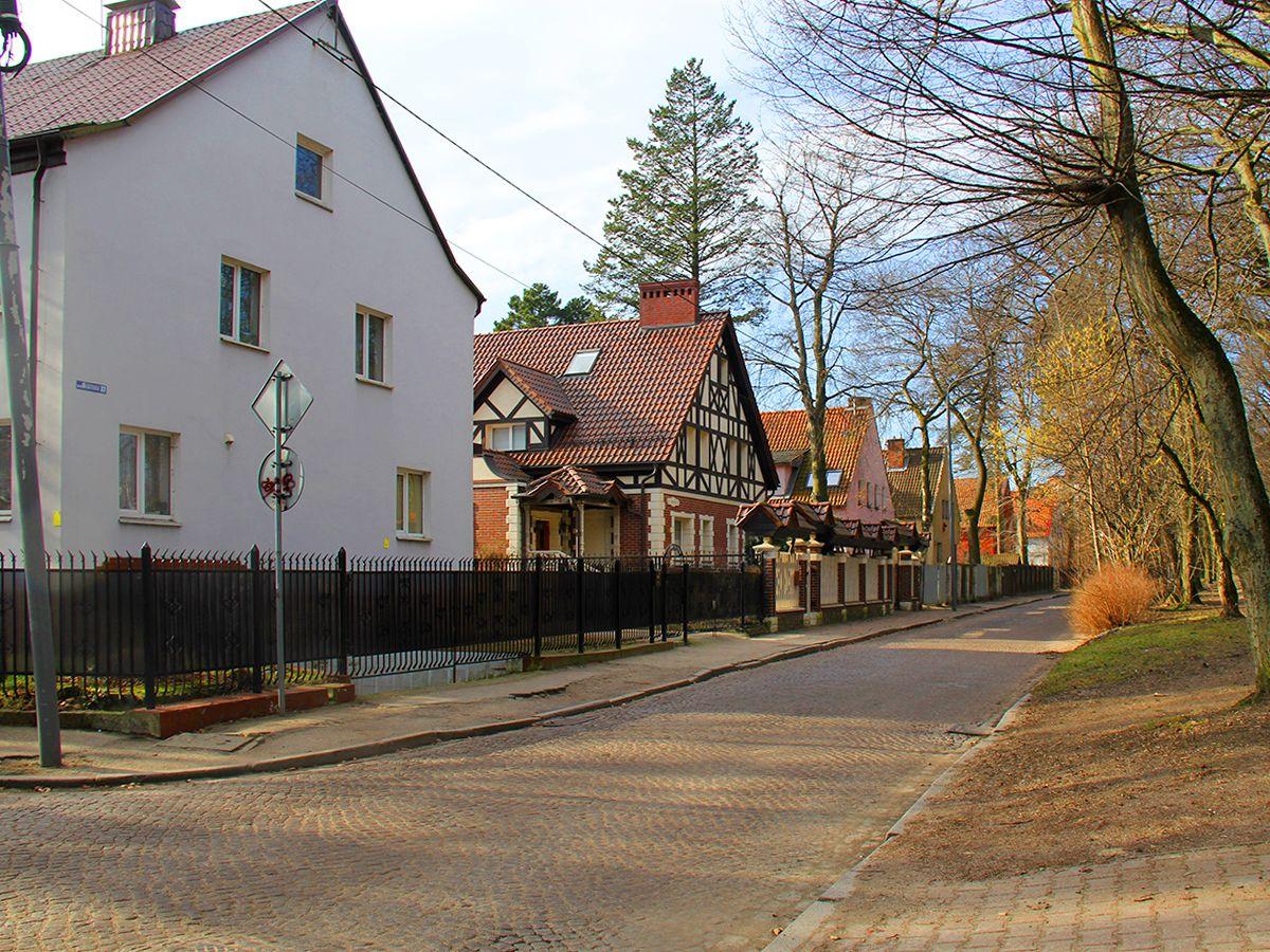 Тихая улица с домами