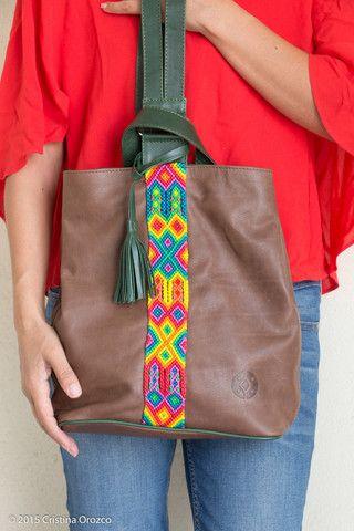 Back Pack de Piel Café Obscuro con Verde. | Consulta disponibilidad en cristinaorozco.mx
