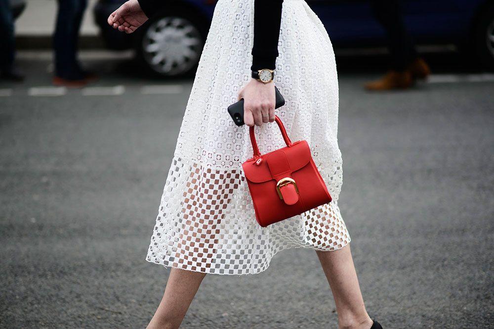 Tendencias street style moda en la calle clutches accesorios bolsos
