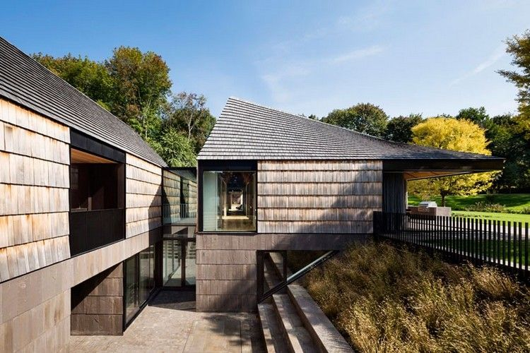 Fassadengestaltung einfamilienhaus schwarzes dach  Zweistöckiges Einfamilienhaus mit Holzschindeln für Fassade und ...