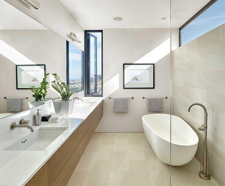Modern Badkamer Interieur : Kleine moderne badkamer met vrijstaand bad in rijwoning badkamer