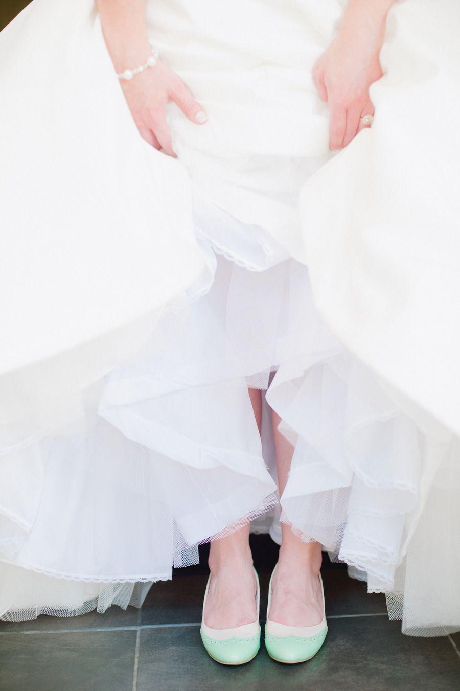 Hoy las novias llevan su personalidad al altar!    Mint flats. Photography by Lexia Frank Photography / lexiafrank.com
